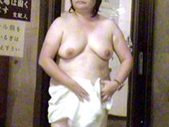 脱衣所は大胆な熟女だらけ1