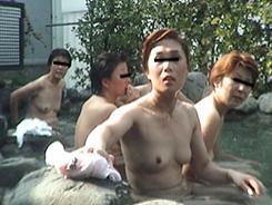 露天風呂でリラックスする人妻達07