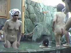 露天風呂でリラックスする人妻達08
