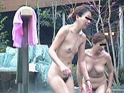 露天風呂でリラックスする人妻達09