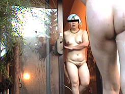 露天風呂でリラックスする人妻達11