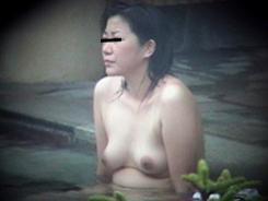 露天風呂でリラックスする人妻達02