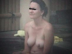 露天風呂でリラックスする人妻達04