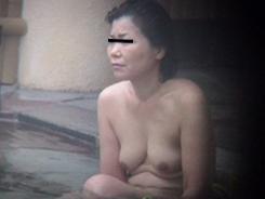 露天風呂でリラックスする人妻達05