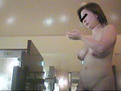 すっぴん熟女の裸体覗き08